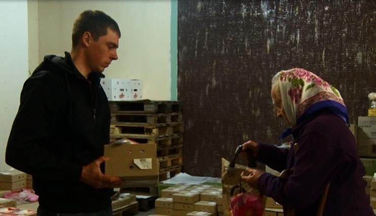 У Житомирі благодійний фонд роздав продуктові набори малозабезпеченим