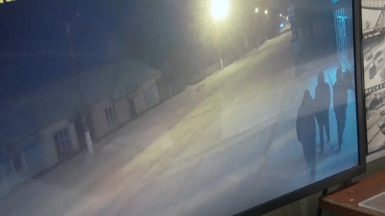 У Житомирі патрульні за гарячими слідами затримали викрадачів камери стеження з табло на зупинці